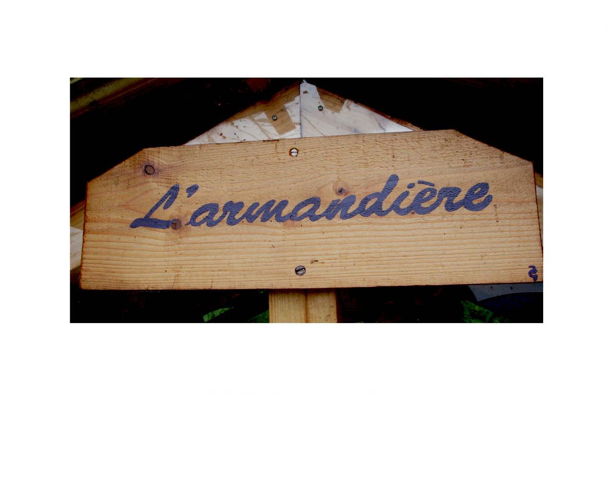 """Création d'une plaque peintre en lettre """" L'Armandière""""  pour le projet de maison en matériaux de récupération"""